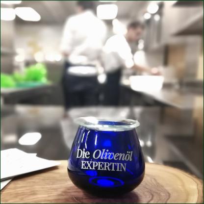 blaues-glas-fuer-olivenoel-verkostung